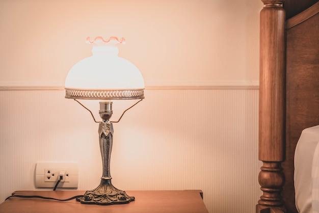 寝室内のライトランプ装飾