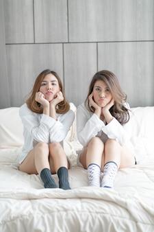 アジア人女性のカップル