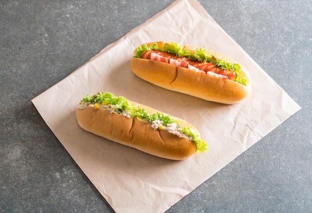 マグロコーンサラダホットドッグとベーコンソーセージホットドッグ