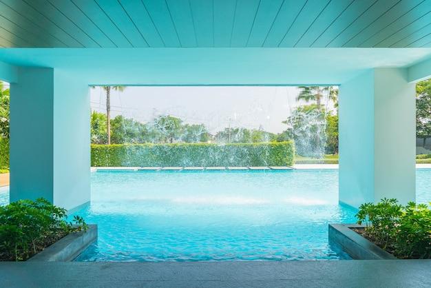 Красивый роскошный бассейн с пальмой