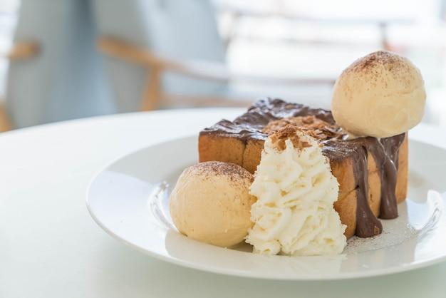 バニラアイスクリームとチョコレートのハニートースト