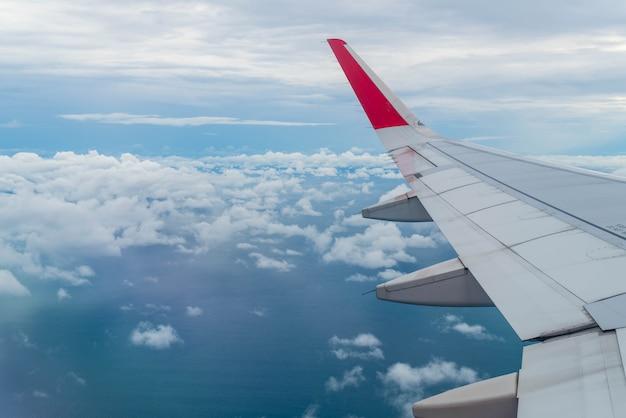 雲の上を飛行する飛行機