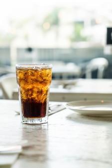 テーブルのアイスコーラ