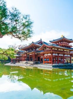 Красивая архитектура бёдо-в храме в киото.