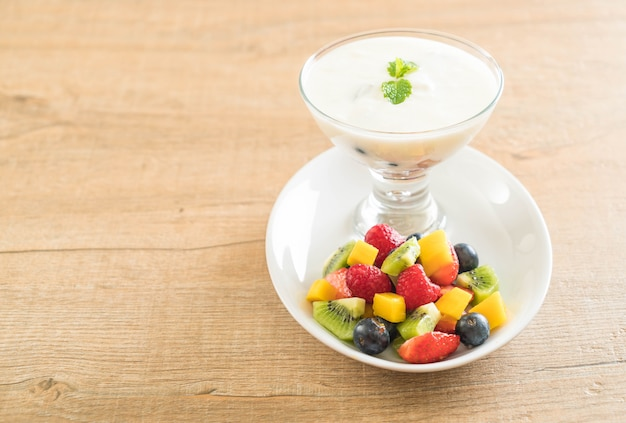 混合フルーツとヨーグルト