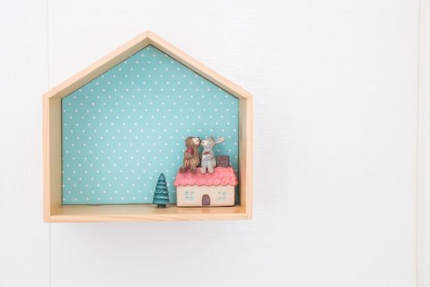 木の棚の人形