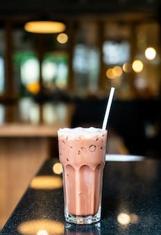 カフェで氷のチョコレートのガラス