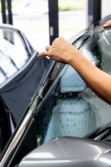 Устанавливает тонкую пленку для автомобильного стекла