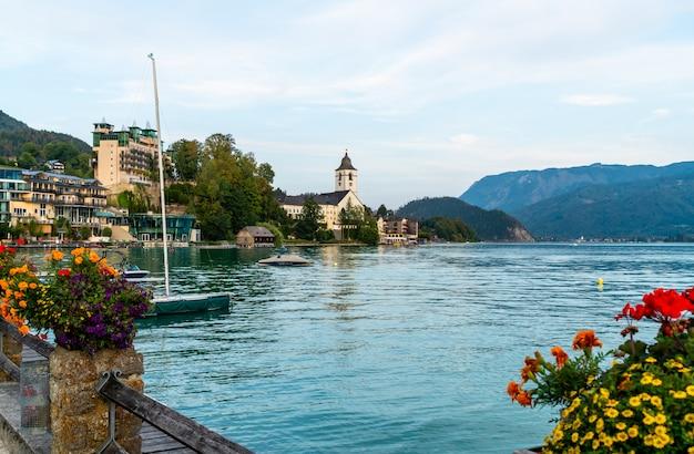 Набережная санкт-вольфганга с озером вольфгангзее, австрия