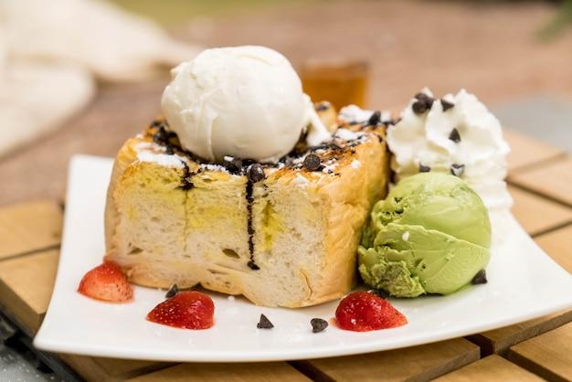 イチゴ、バニラ、緑茶のアイスクリーム入りハニートースト