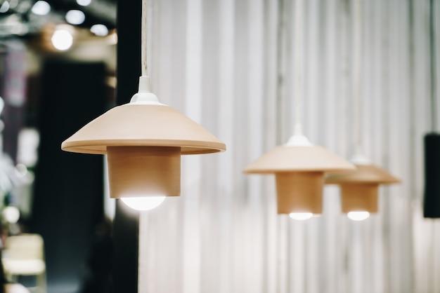 ランプの装飾を吊るす
