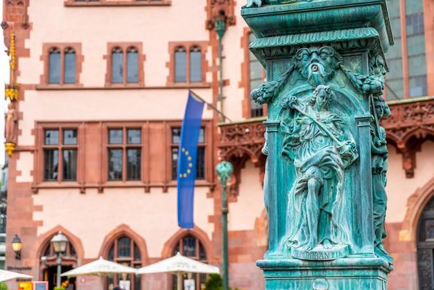 Староместская площадь ромерберг со статуей юститии во франкфурте, германия