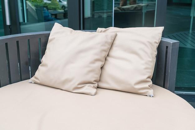 Красивый роскошный внутренний дворик с подушкой на диване
