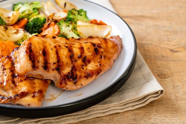 野菜とグリルドチキンの胸肉ステーキ