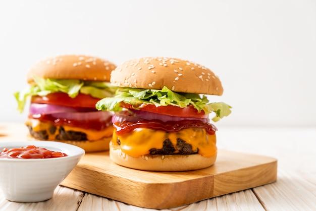 チーズとケチャップと新鮮なおいしい牛肉のハンバーガー