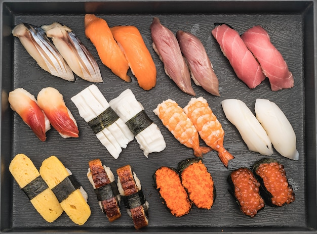 Смешанные суши нигири - стиль японской кухни