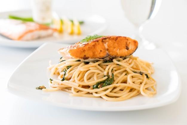 サケと炒めたスパイシーなスパゲッティ