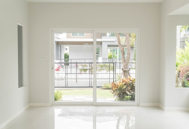 リビングルームの内部の背景に空のドア