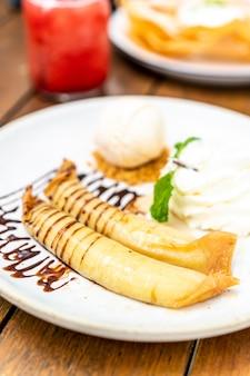 Ванильное мороженое с банановым крепом и взбитыми сливками