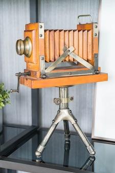 三脚の古典的なレトロカメラ