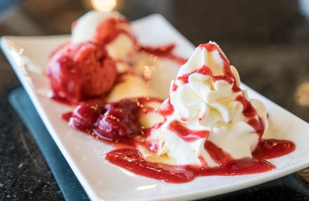 アイスクリームとホイップクリームのクレープ