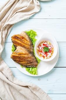スパイシーサラダとシャキッとしたグラミ魚