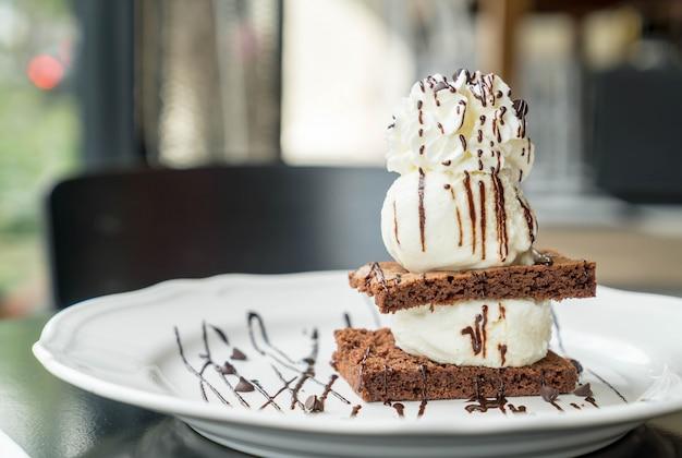 バニラアイスクリームとチョコレートのブラウニー