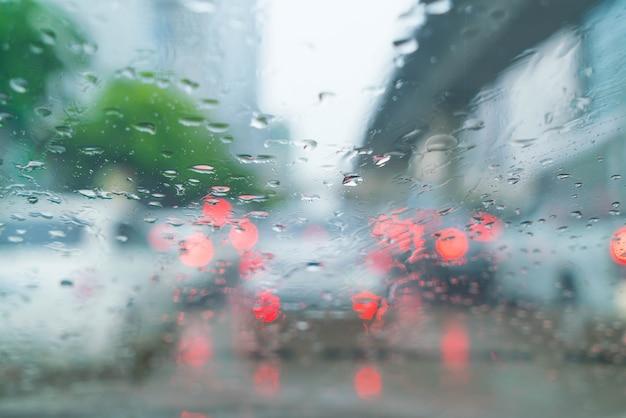 車のガラスの雨滴