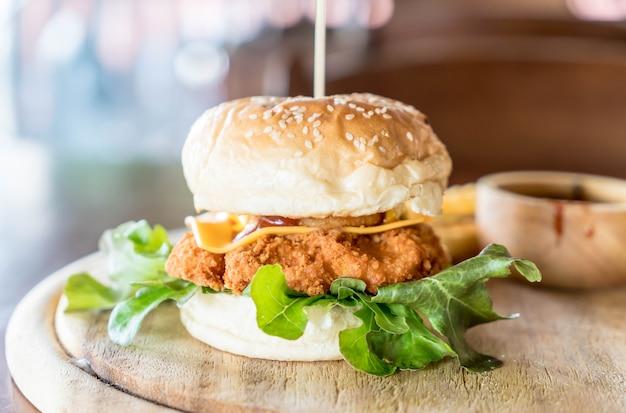 Жареная курица с сырным бургером