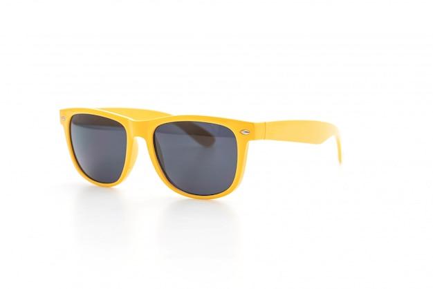 白い背景の上の黄色いサングラス