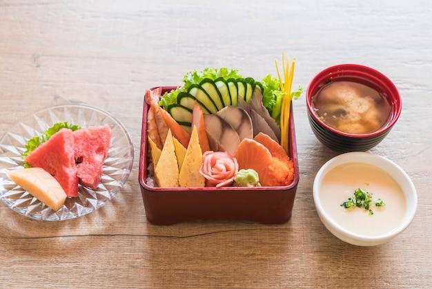 弁当箱ご飯と生の新鮮な刺身