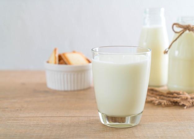 新鮮な牛乳のガラス