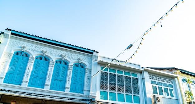 Красивая архитектура старого города пхукета со старыми зданиями в китайско-португальском стиле