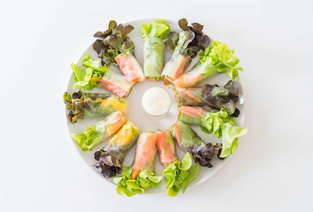 Свежий овощной лапша весенний рулет, диетическое питание, чистая пища, салат