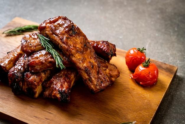 バーベキューリブの豚肉のグリル