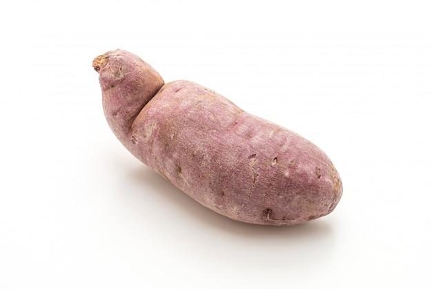 Фиолетовый сладкий картофель на белом фоне