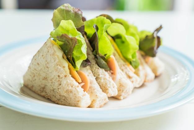 マグロとソーセージのサンドイッチ