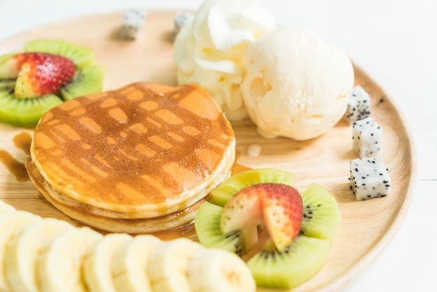 Блины с ванильным мороженым и фруктами