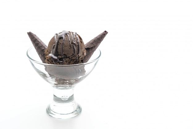 Совок шоколадного мороженого в стакане