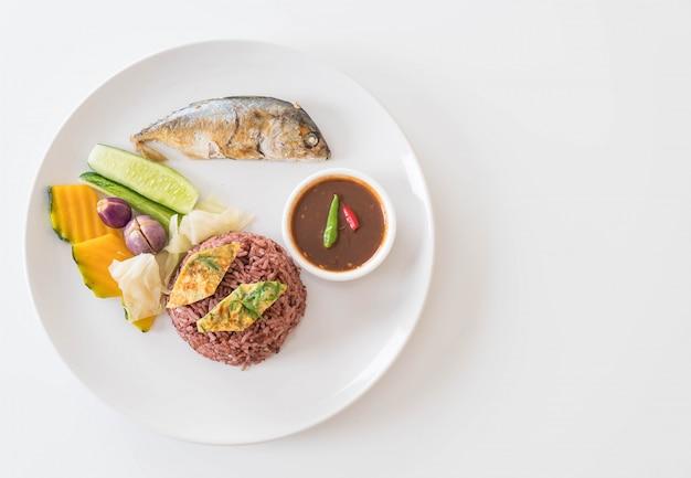 Жареная скумбрия с соусом из креветочной пасты и ягодным рисом