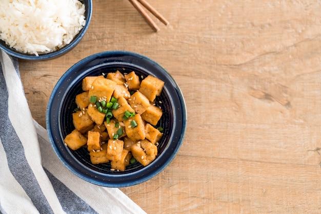 Жареный тофу в миске с кунжутом