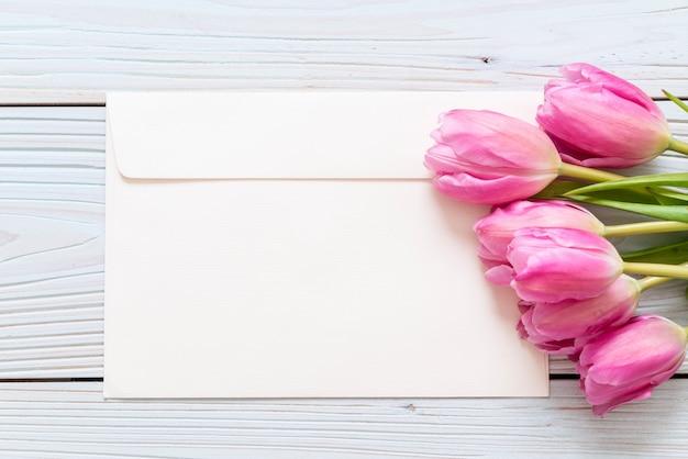 Розовый тюльпан цветок на фоне дерева