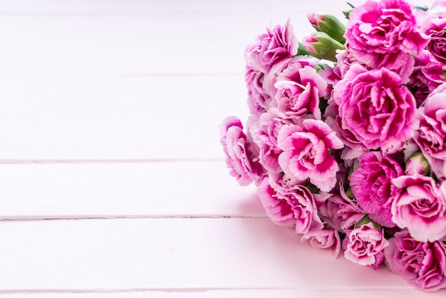 木製の背景にピンクの春の花