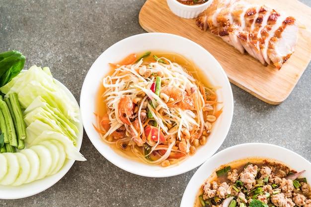 Острый салат из папайи (традиционная тайская еда)