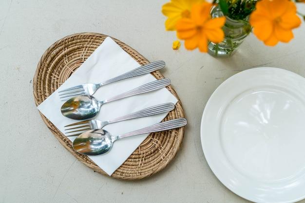 スプーンとフォークを皿の上