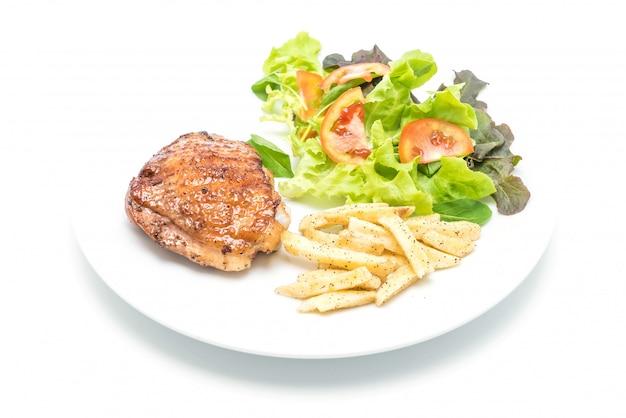 フライドポテトと野菜のサラダ焼きチキンステーキ