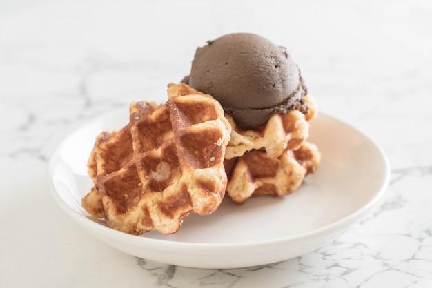 Вафля с шоколадным мороженым