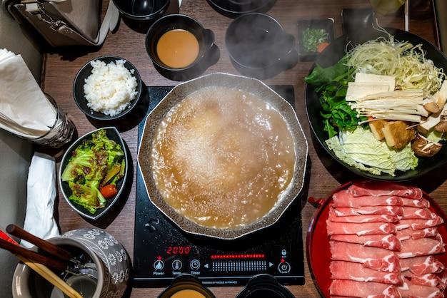 日本のしゃぶしゃぶとすき焼きの鍋料理