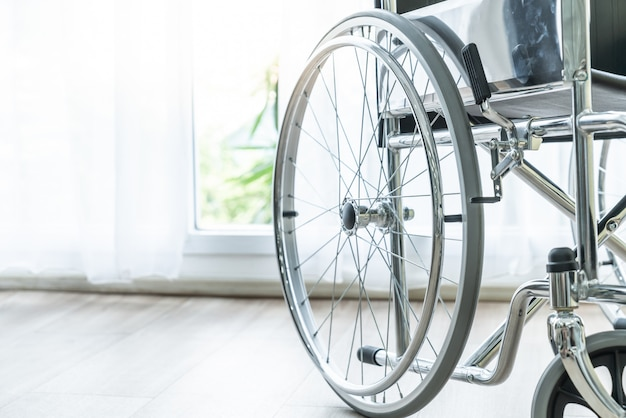 部屋の空の車椅子