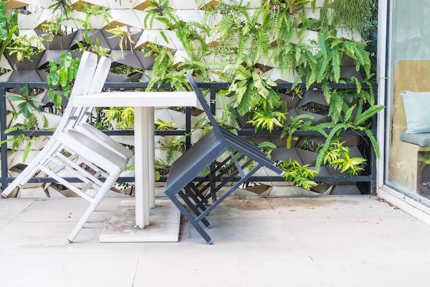 Пустой деревянный стул